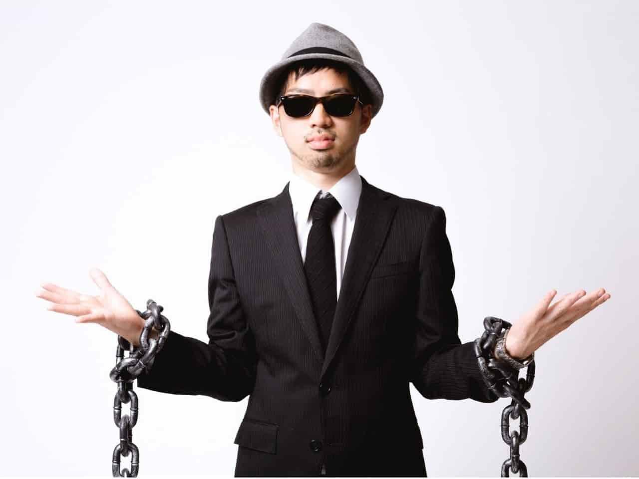 両腕を鎖でつながれて拘束された男性