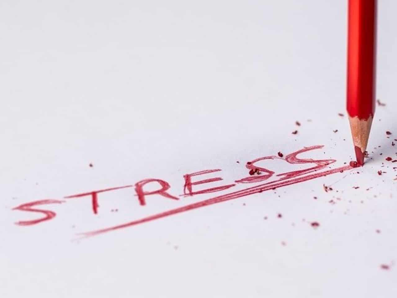 赤鉛筆でストレスを激しく書かれた文字