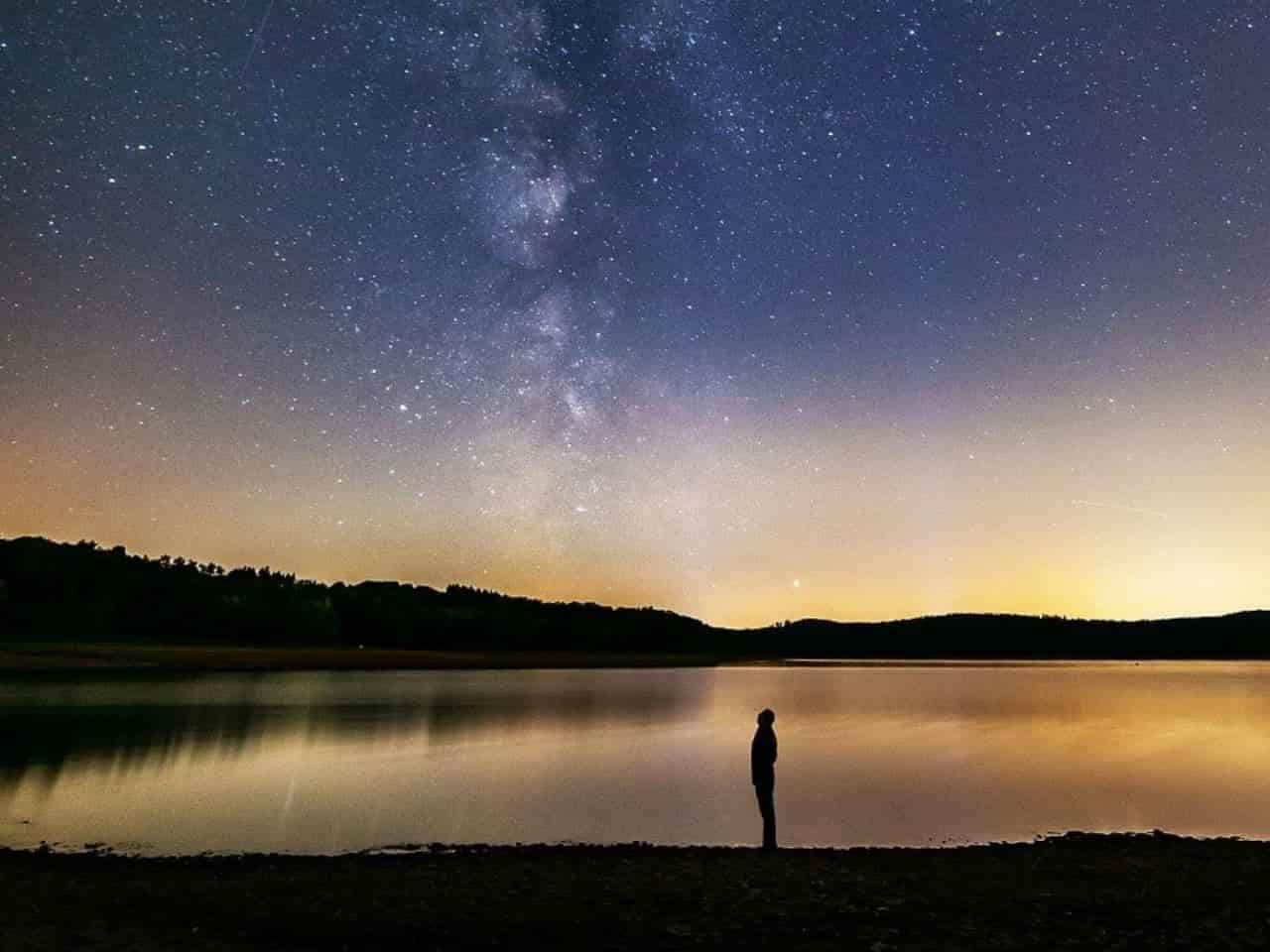 星を見つめて考える男性