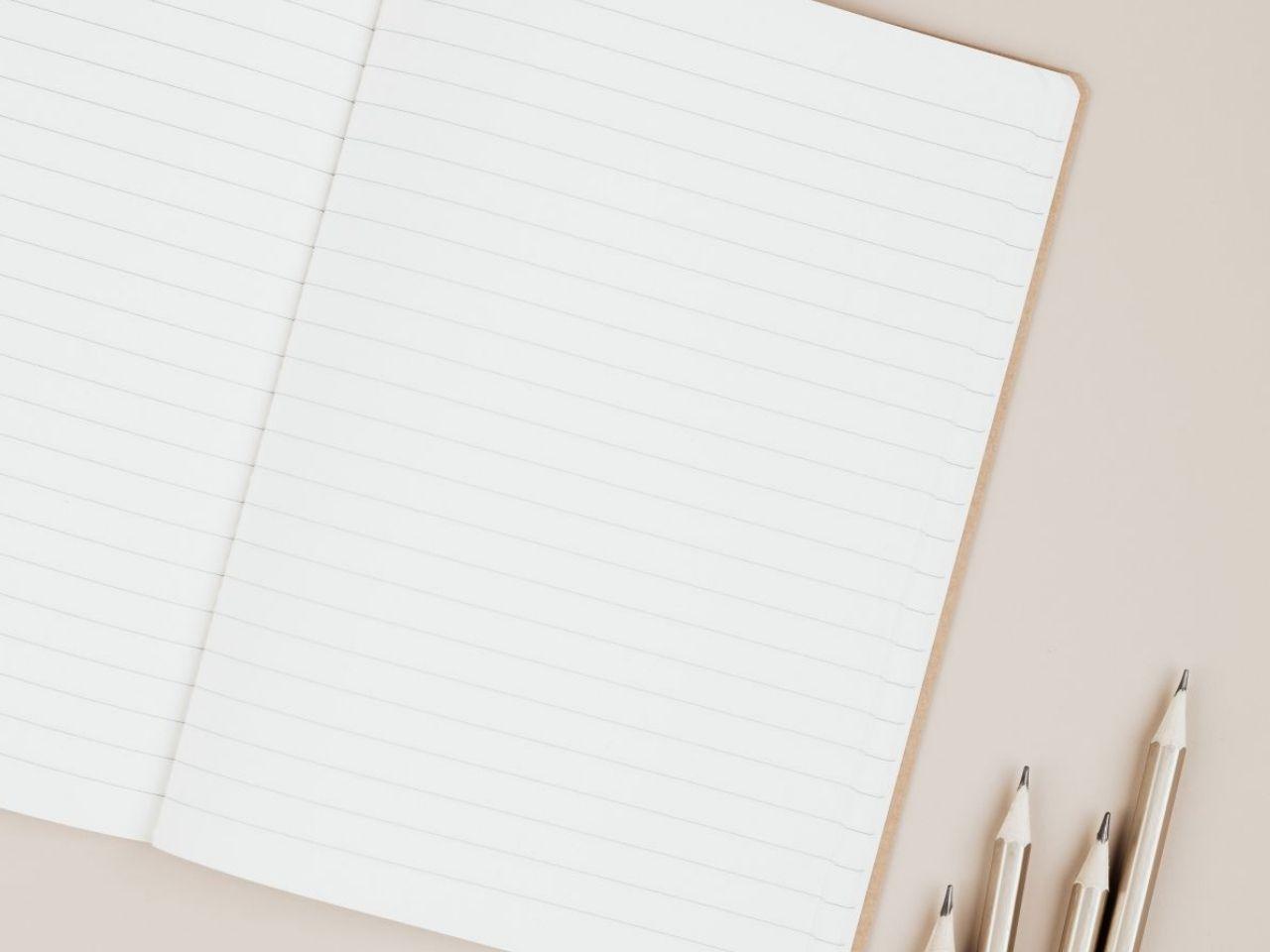 ノートと4本の鉛筆