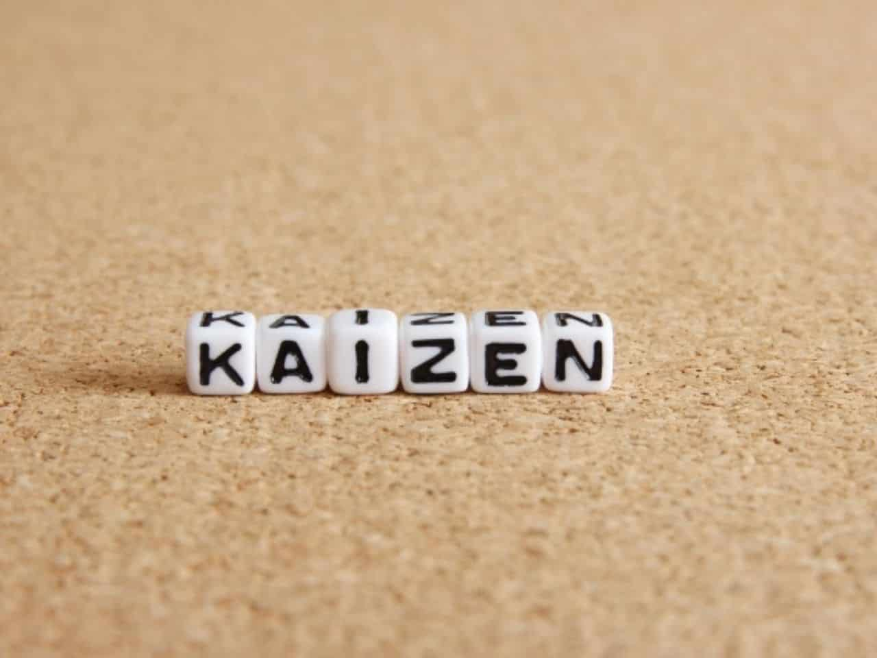 kaizenと書かれた6つのキューブ
