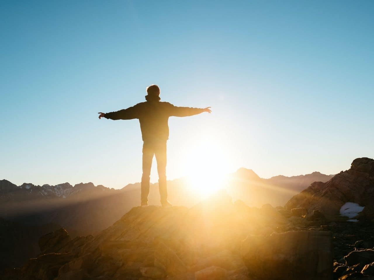日の出の光を浴びる男性