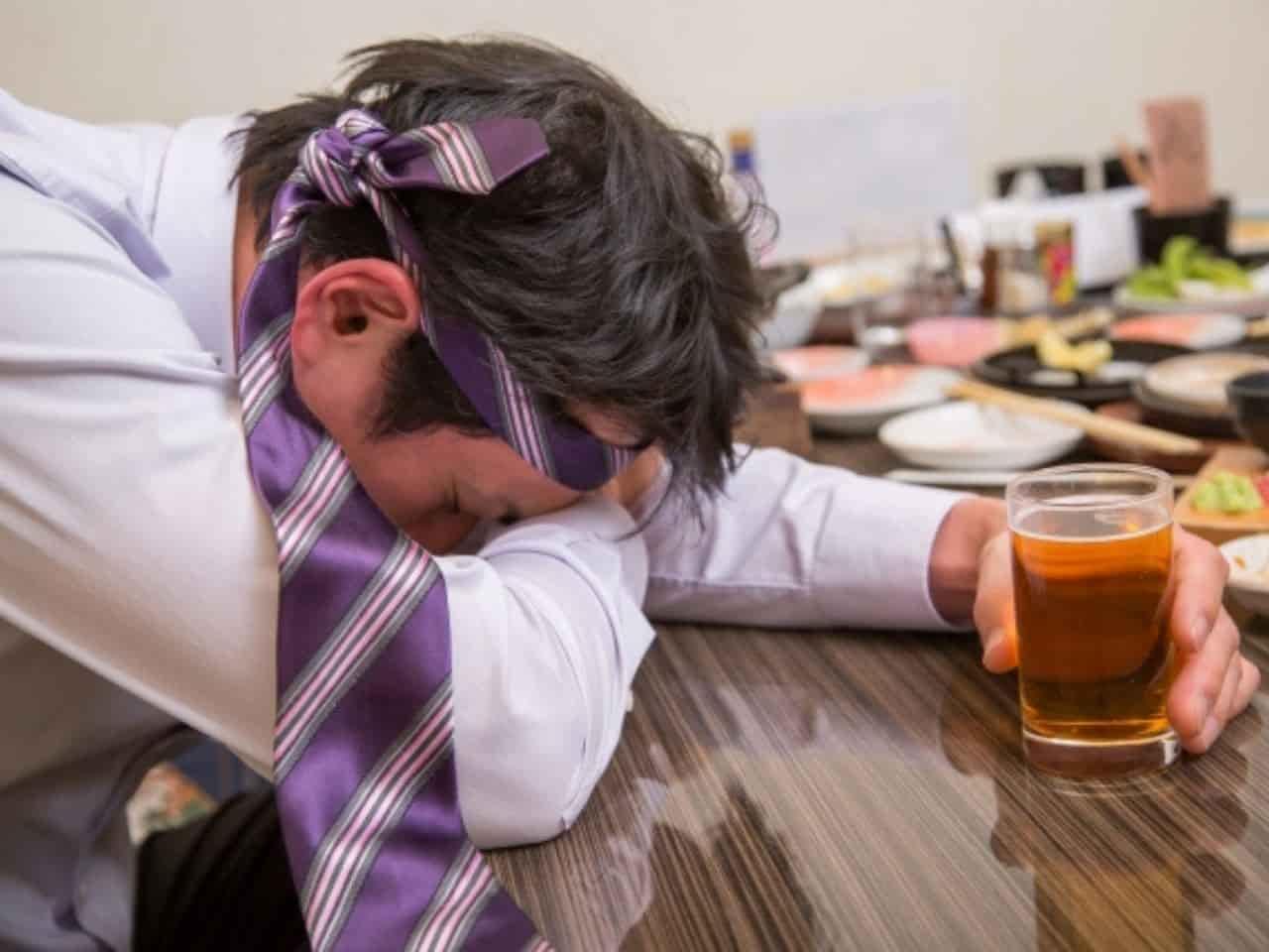 酔ったらすぐテーブルにうつぶせて寝る人