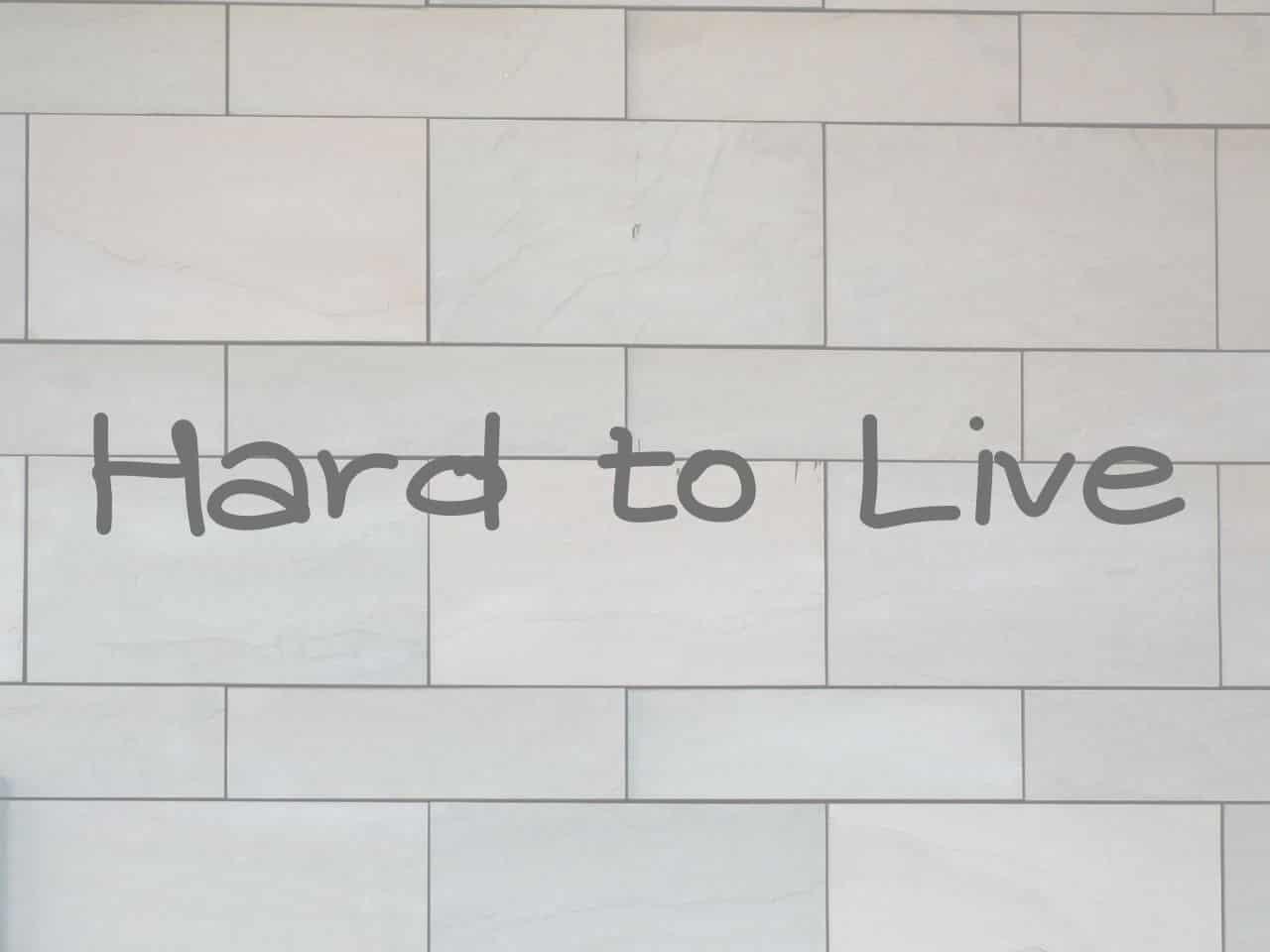 壁を目の前にして生きづらさを感じる