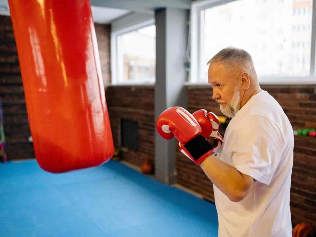 ボクシングをするシニア男性