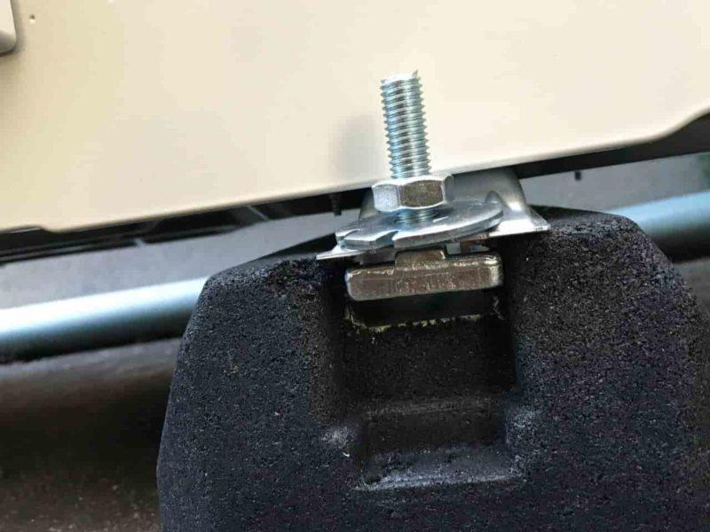 ゴムブロックに固定されたボルト