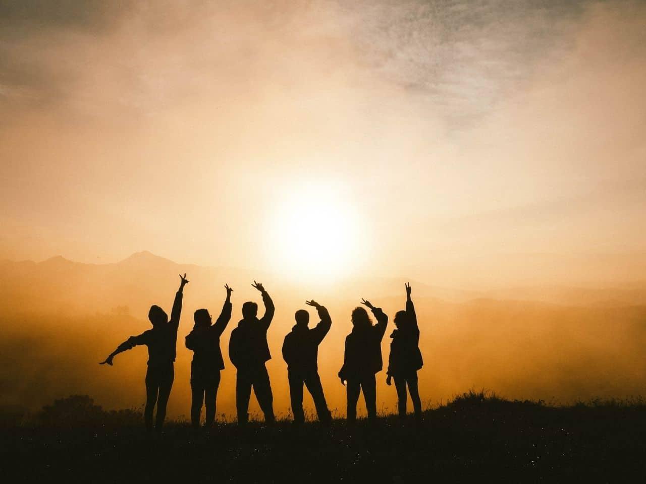 仲間と一緒に見る夕陽