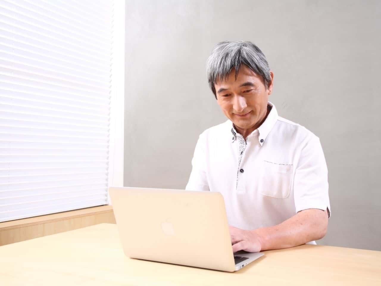 パソコンを使うシニア男性