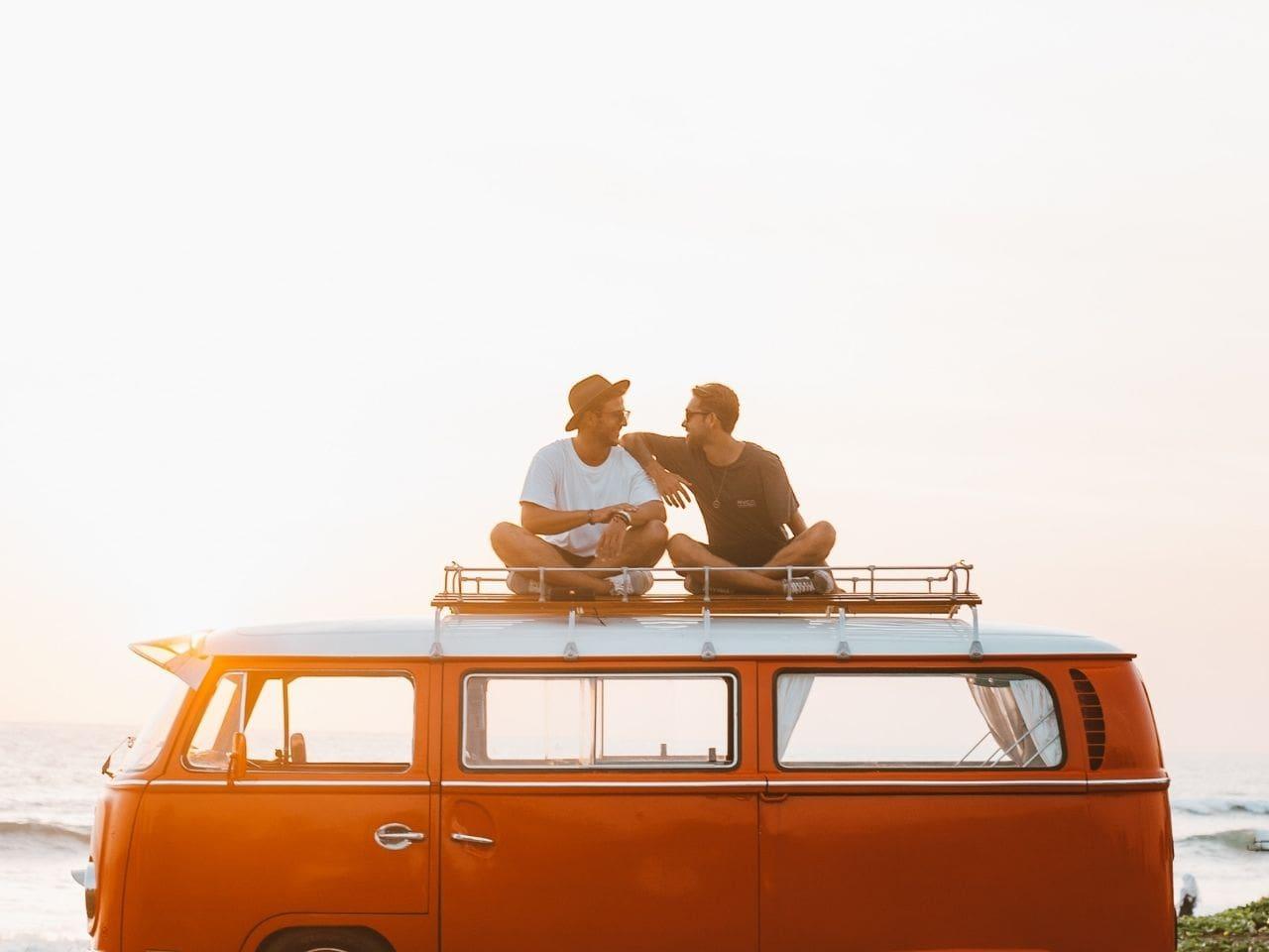 車の上で話し合う二人の男性