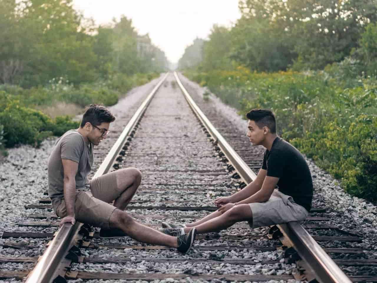 線路で会話する二人の男性