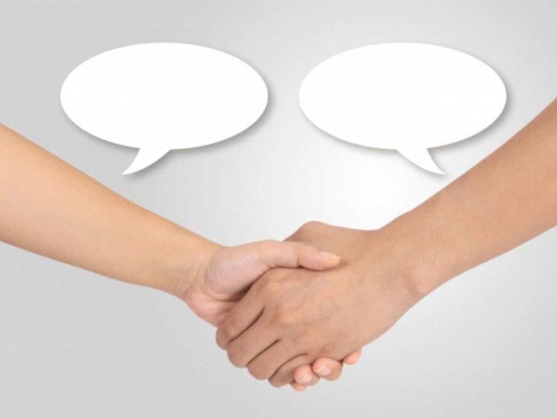 握手する2つの手