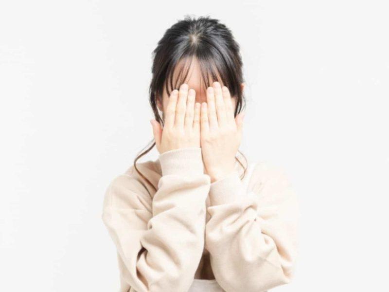 両目を隠す女性