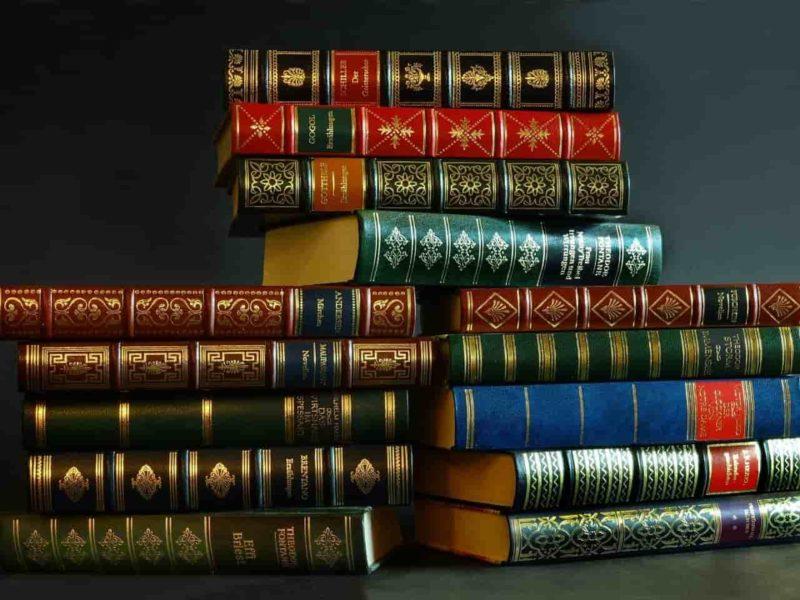 積み重なった辞典
