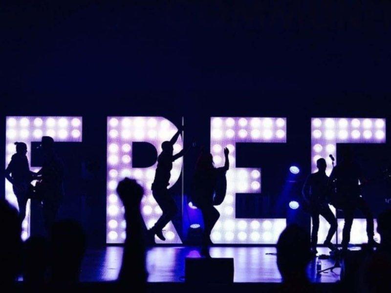freeの文字の前で踊る人