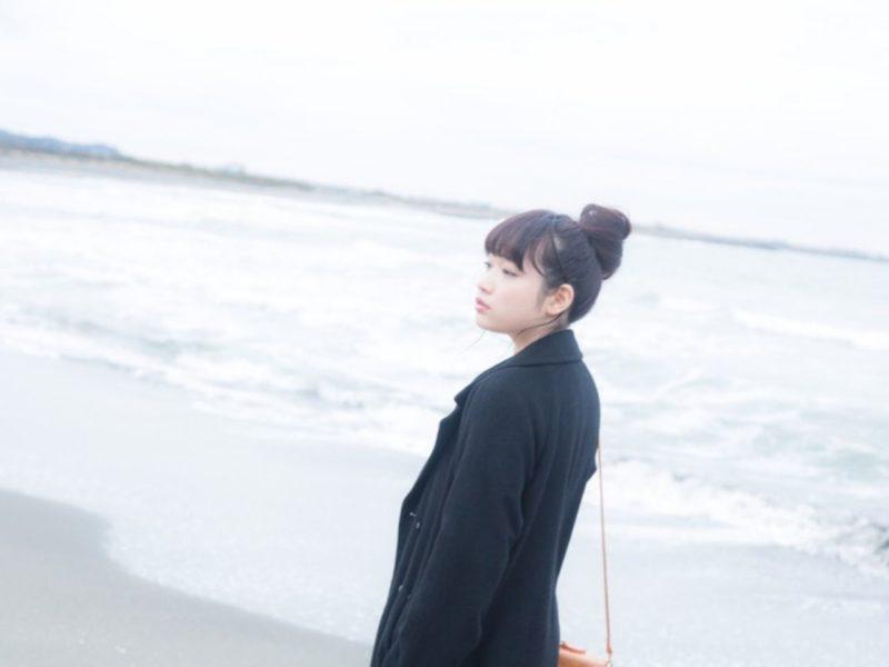 砂浜にたたずむ女性