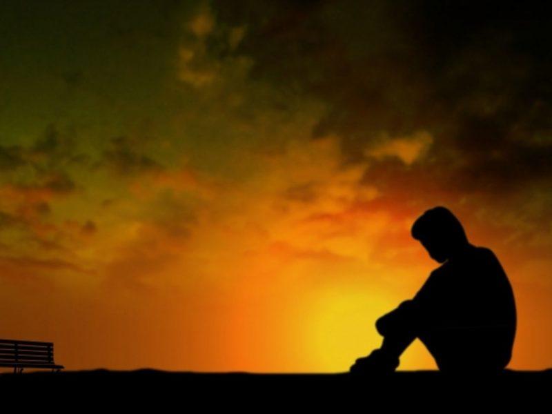 夕日と孤独な人