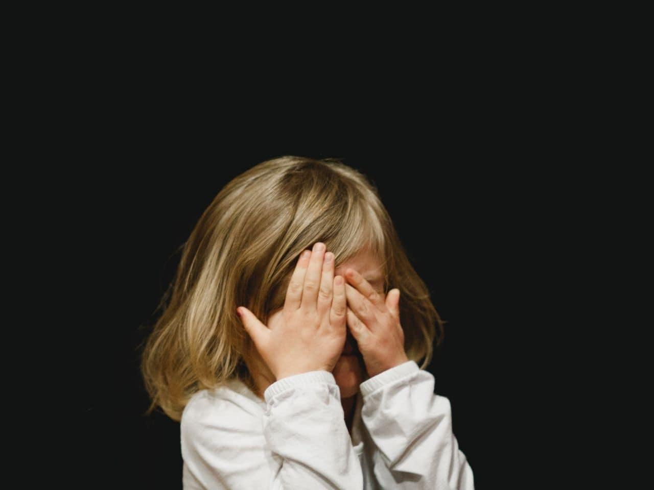 両目を覆う女の子