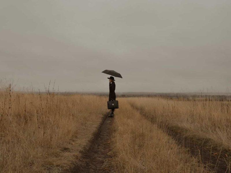 傘をさして絶望している女性