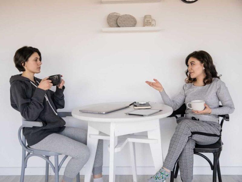 会話する二人の女性