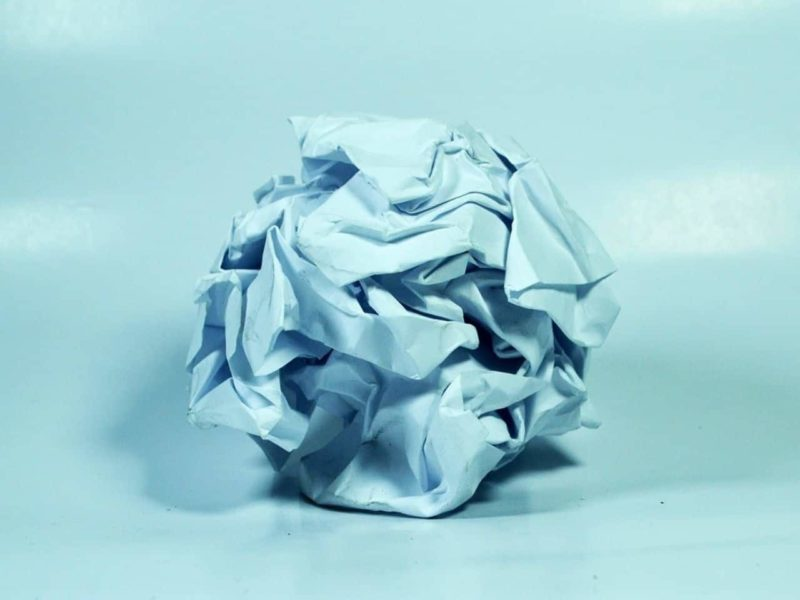 失敗して丸められた紙