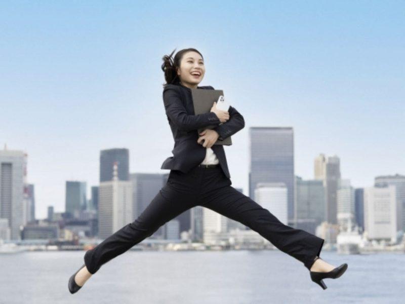 笑顔で跳びはねる女性