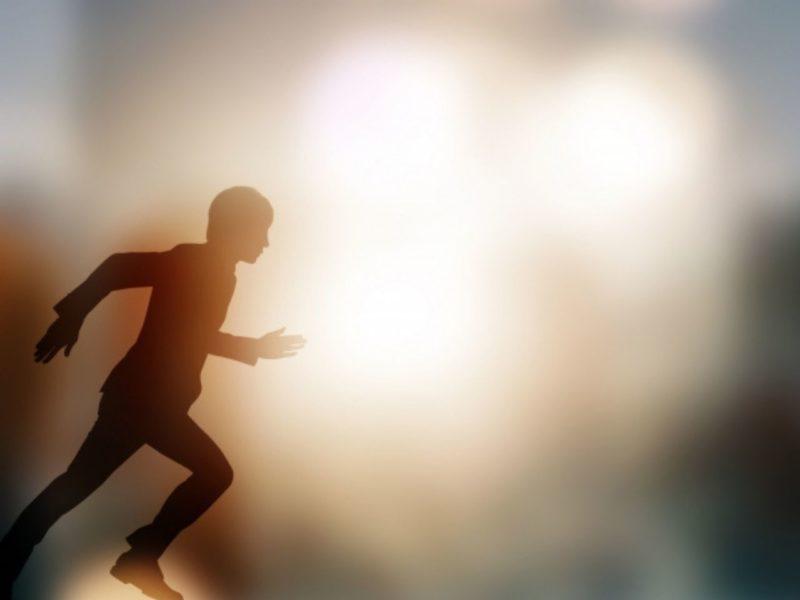 光の中走りだす人