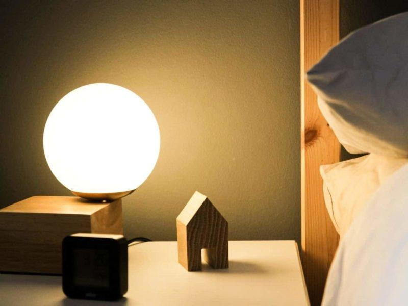 明かりのついた寝室