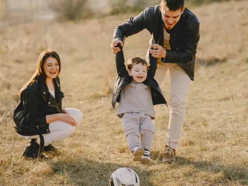 公園で遊ぶ笑顔の家族