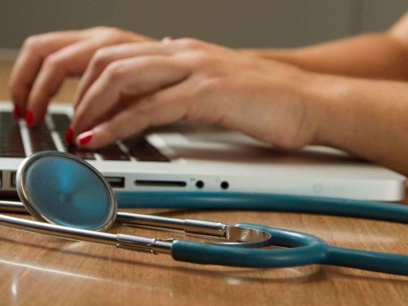 聴診器とパソコン