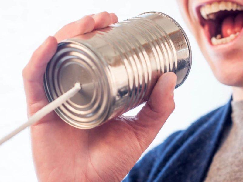 糸電話で話す人