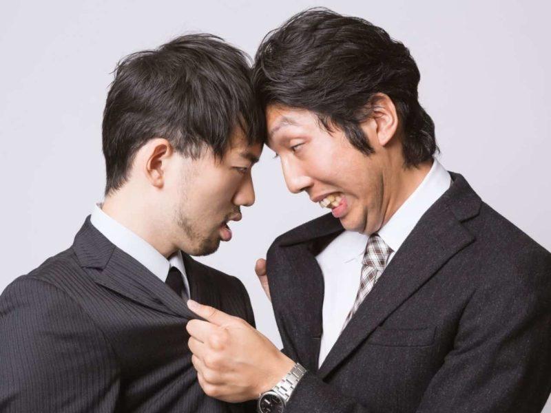 酔って喧嘩する2人の男性