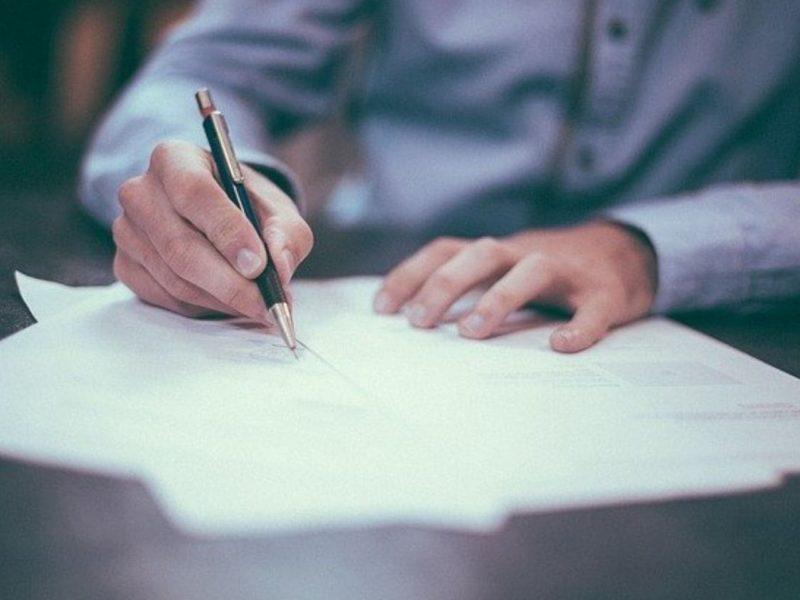 手紙を書く人