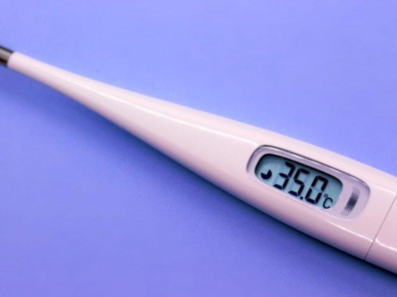 35.0と表示している体温計