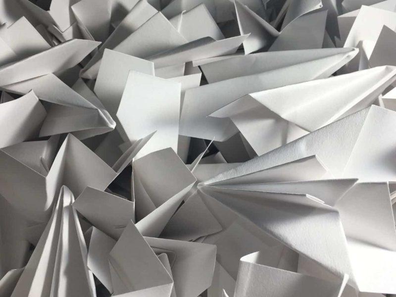 積み重ねられた多くの紙