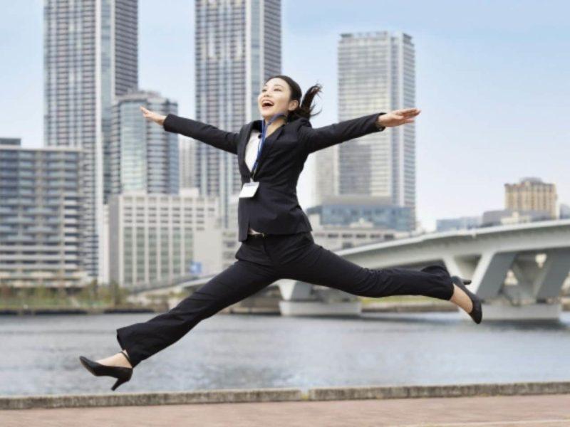 スーツ姿でジャンプする女性