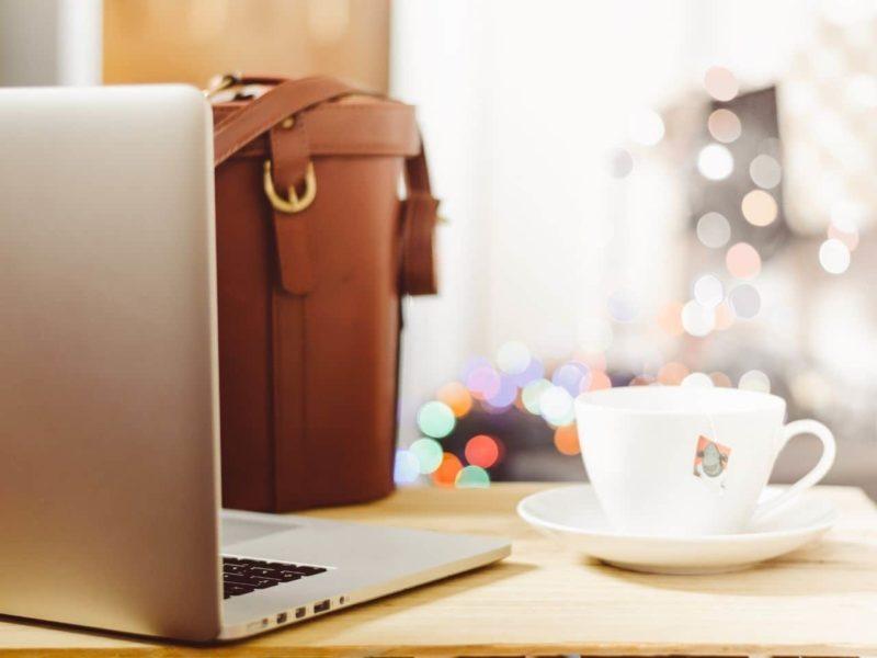 職場のデスクにあるパソコンとカップ