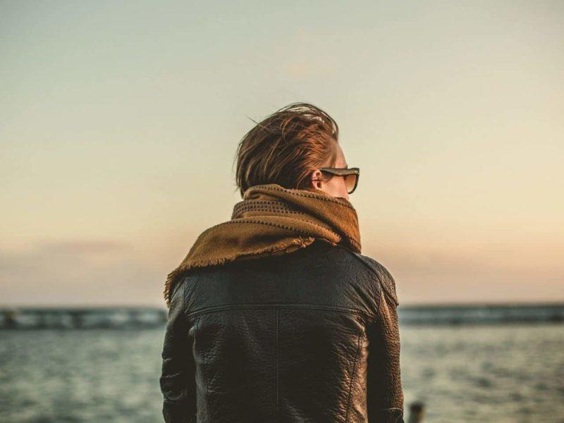 海辺で過去を振り返る女性