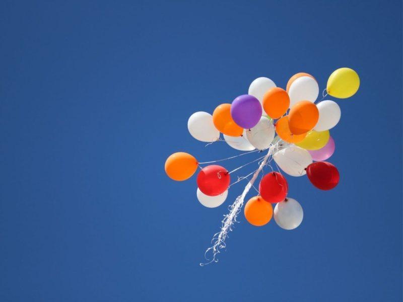空に上がる風船