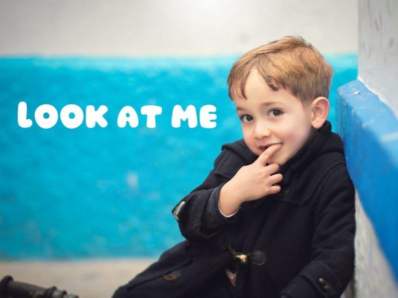 私を見てと主張する少年