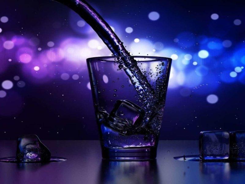 アルコールが注がれるグラス