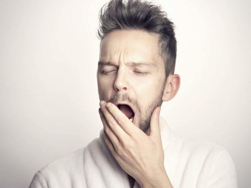 不眠であくびをする男性