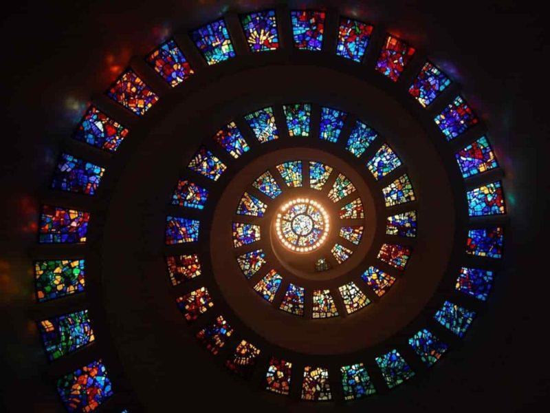 渦巻き型に並んだステンドグラス