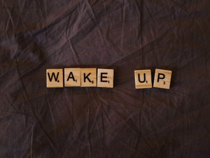 wake upと書かれた木のブロック