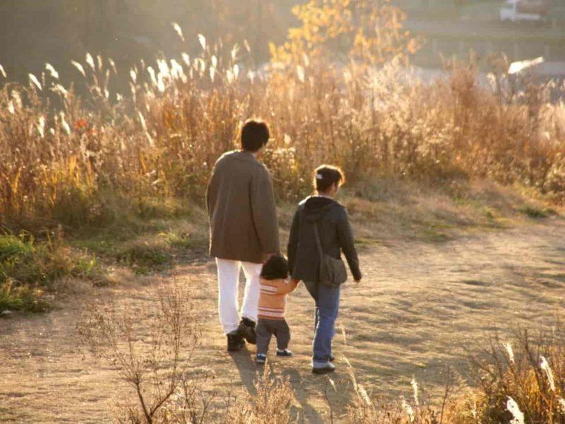 夕陽の中散歩する親子