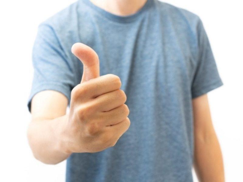 親指を立ててGOODと言う男性