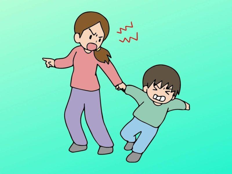 親から手を引かれて嫌がる子供