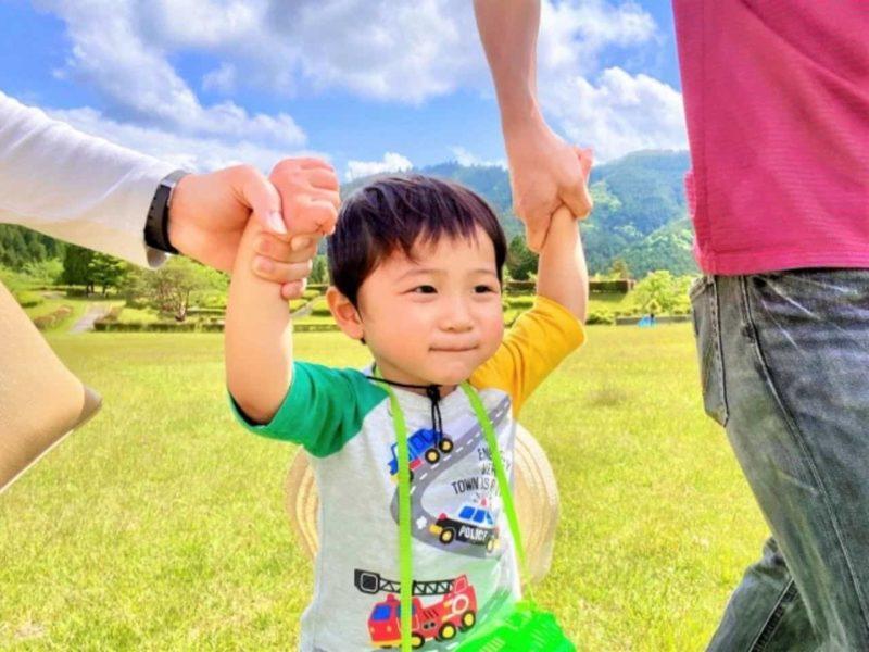 親子で手を繋いで散歩