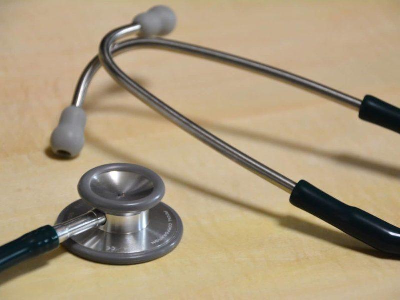 机に置かれた聴診器