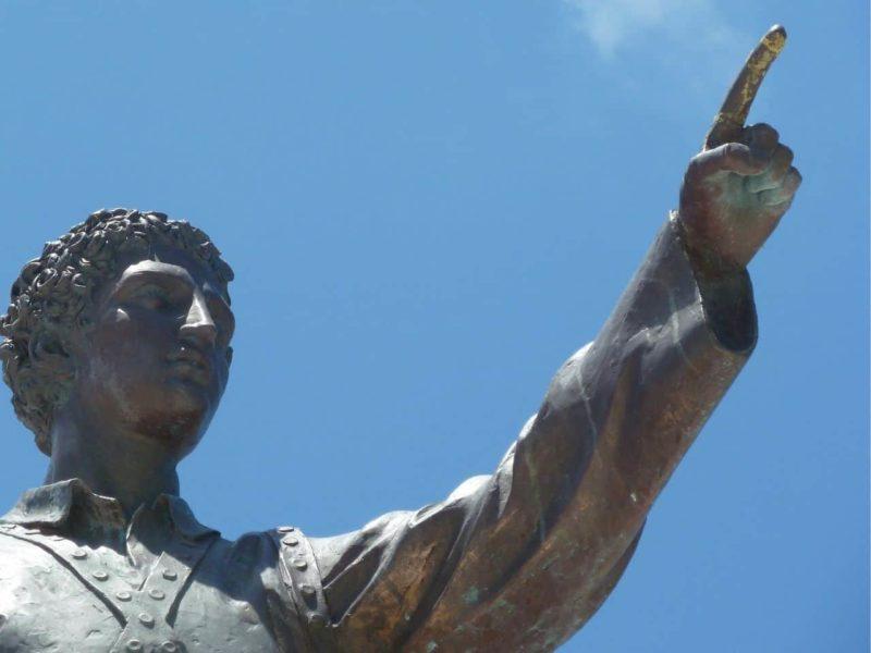 指をさして命令している様子の銅像