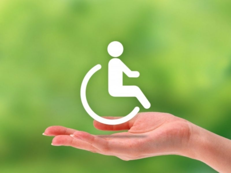 車椅子マークを支える手